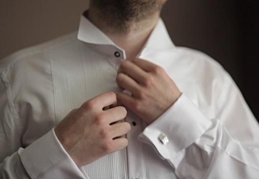 застегивать рубашку