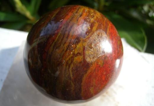 сфера из красно-коричневой яшмы