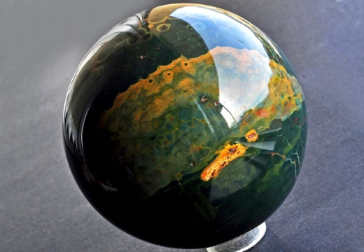 сфера из зеленой яшмы
