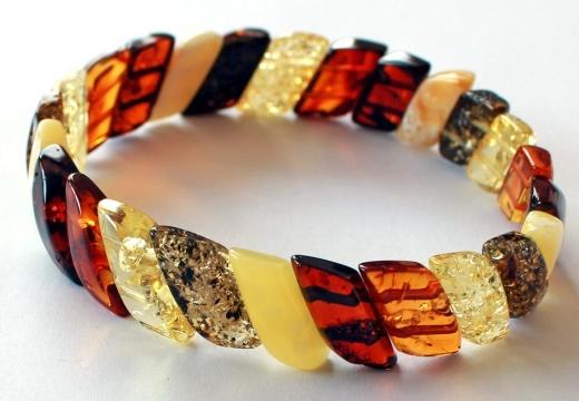 браслет из разноцветных камней