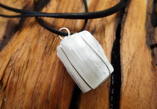 амулет белый камень