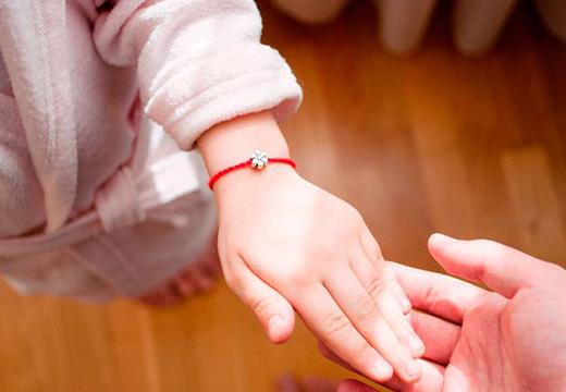 Нить у ребенка на руке
