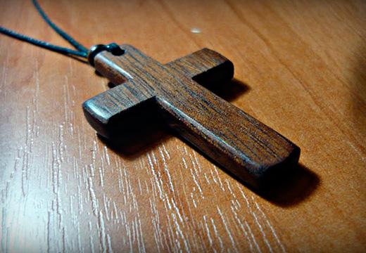 деревянный крестик на шнурке