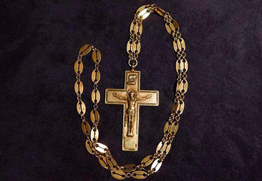 крестик на золотой цепочке