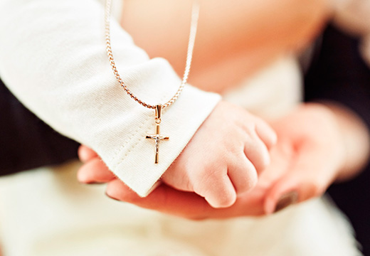 крестик над детской рукой
