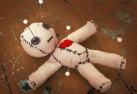 кукла вуду на полу
