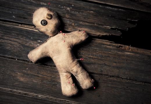кукла вуду на досках