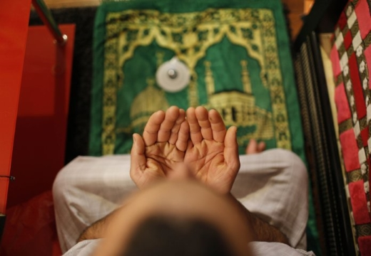Мусульманин читает молитву