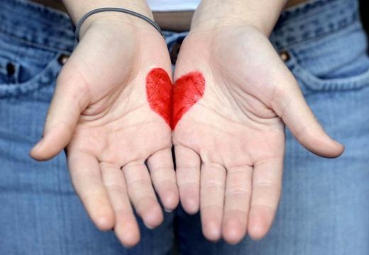 сердце нарисованное на ладонях