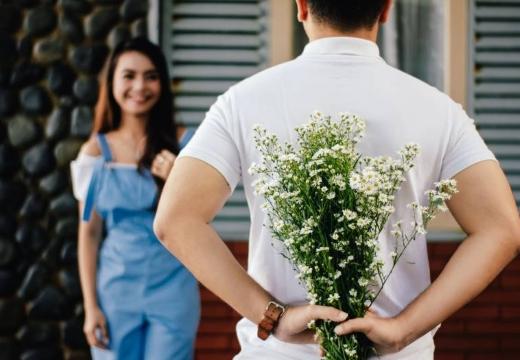 парень сюрприз цветы