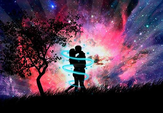 пара обнимается под деревом