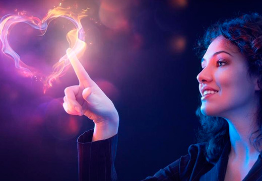 девушка рисует сердце огнем