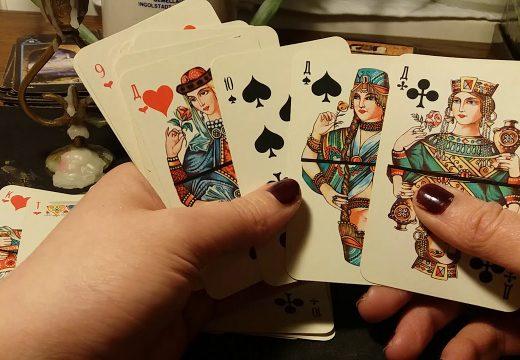 карты в руках