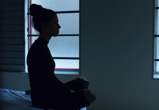 девушка медитирует ночью