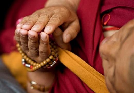 тибетский монах молится