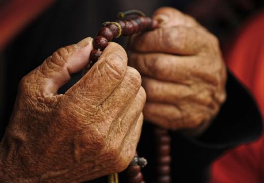старческие руки с четками
