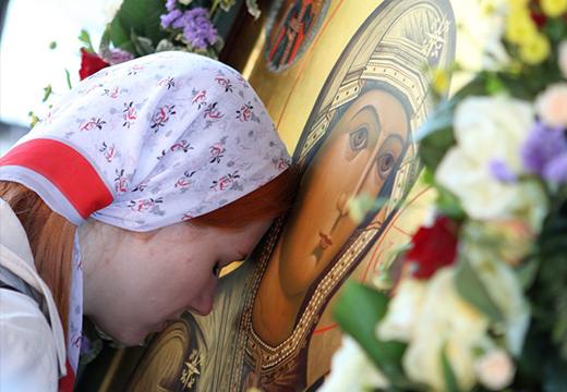 Девушка молится Богородице