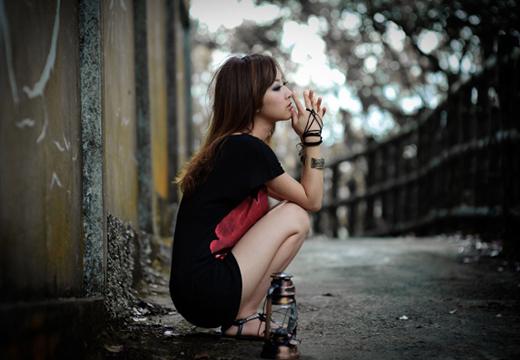 Грустная и одинокая девушка
