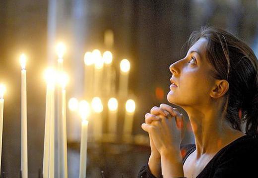 Девушка в церкви