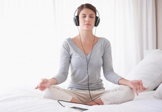девушка медитирует в наушниках