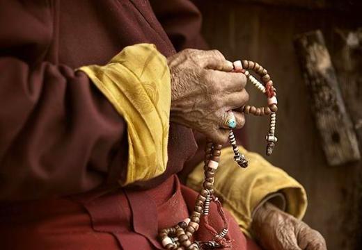 буддийский монах и четки