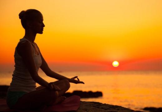 девушка медитирует на закате