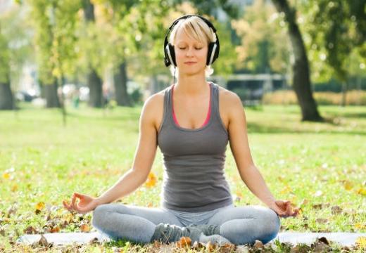 женщина медитирует в наушниках