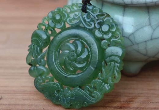 амулет из зеленого нефрита