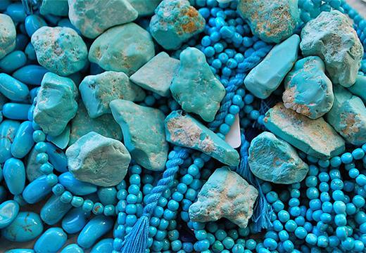 голубые бусы и камешки