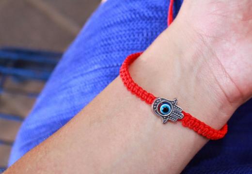 Красный браслет оберег