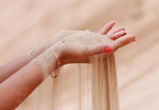 пропускать песок сквозь пальцы