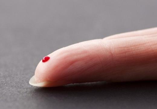капля крови на пальце