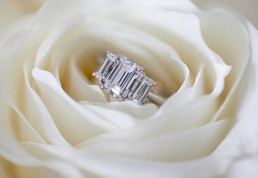 кольцо в белой розе