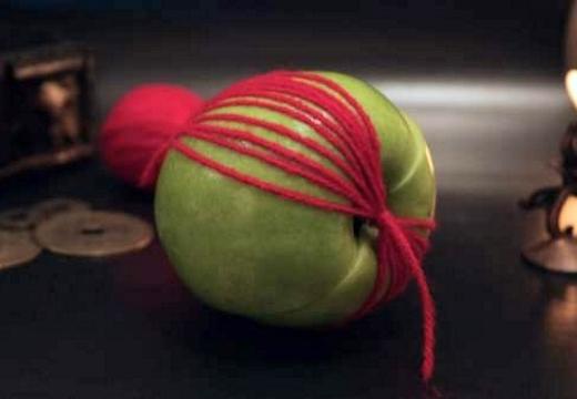 яблоко перевязанное ниткой