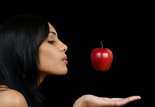 девушка яблоко над рукой