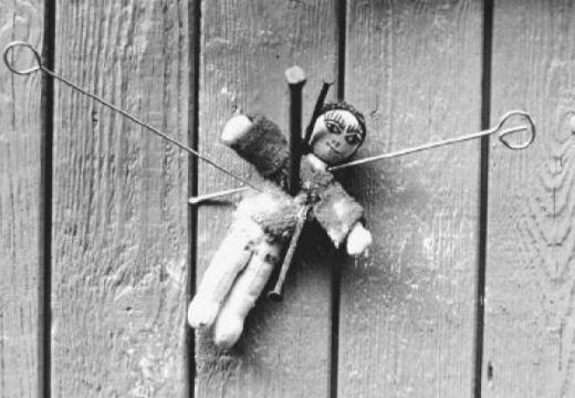 прибитая гвоздем кукла вуду