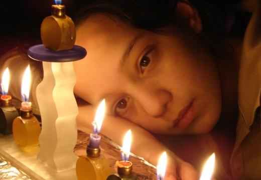 девочка смотрит на свечки