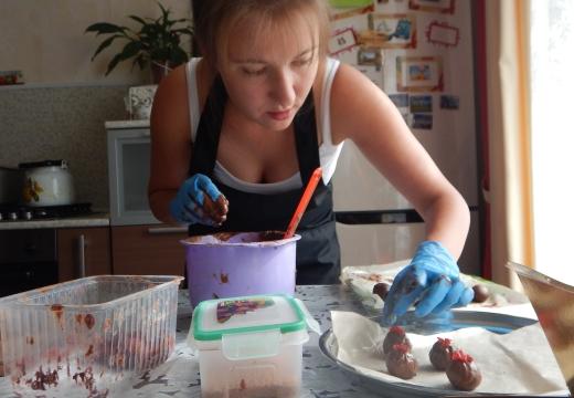 девушка готовит конфеты