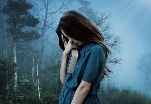 плачущая девушка с книгой