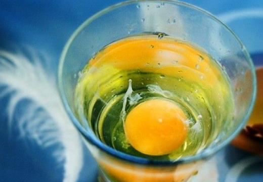 яйцо в стакане с водой
