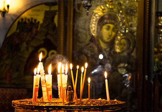 свечи на фоне иконы