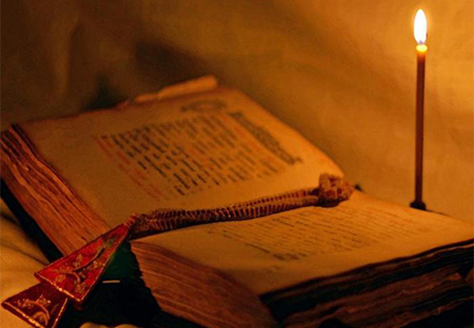 церковная свеча и книга