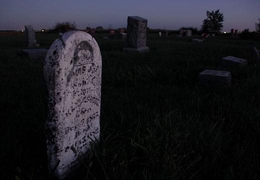 могила ночью