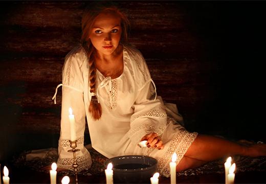 девушка выполняет ритуал