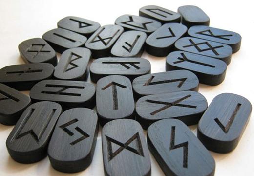 черные пластинки со знаками