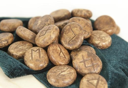 камни с символами