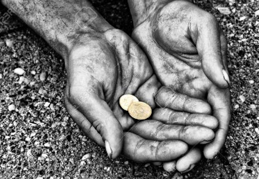 Руки нищего с монетками