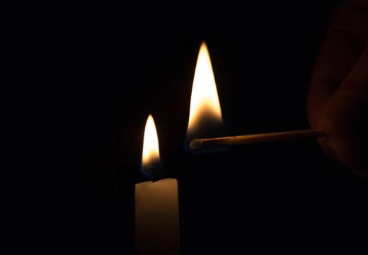 Свеча поджигается спичкой
