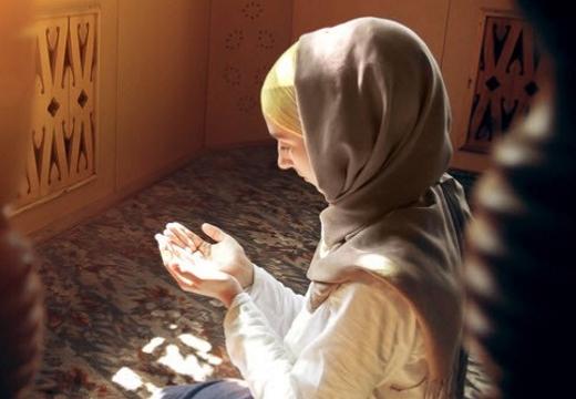 мусульманка молится утром