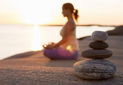 девушка медитирует камни
